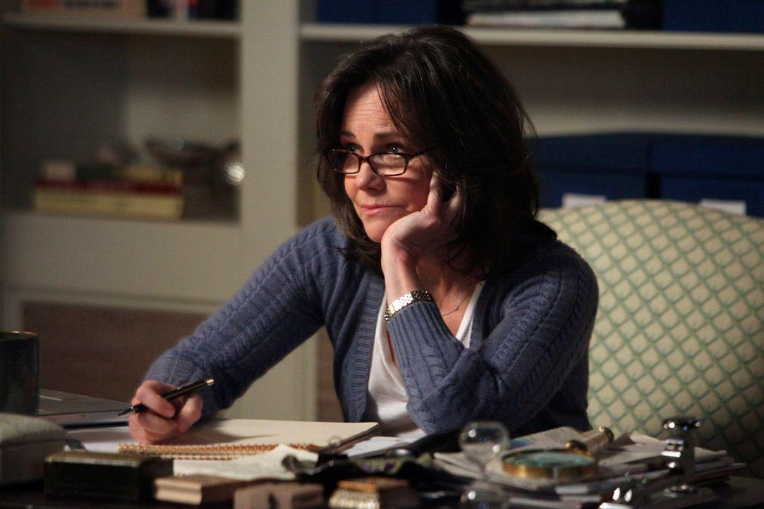 Nach dem Tod von Ida versucht sich Nora (Sally Field) mit Arbeit abzulenken, doch lange kann sie so nicht weitermachen ... - Bildquelle: 2011 American Broadcasting Companies, Inc. All rights reserved.