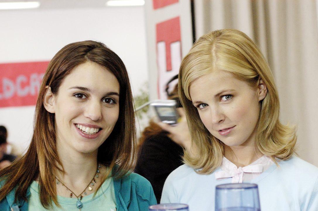 Mit ihren Freunden Cornelia (Keri Lynn Pratt, r.) und Mokhtar macht sich Violet (Christy Carlson Romano, l.) daran, den arroganten Mitschülerinnen... - Bildquelle: Buena Vista International Television