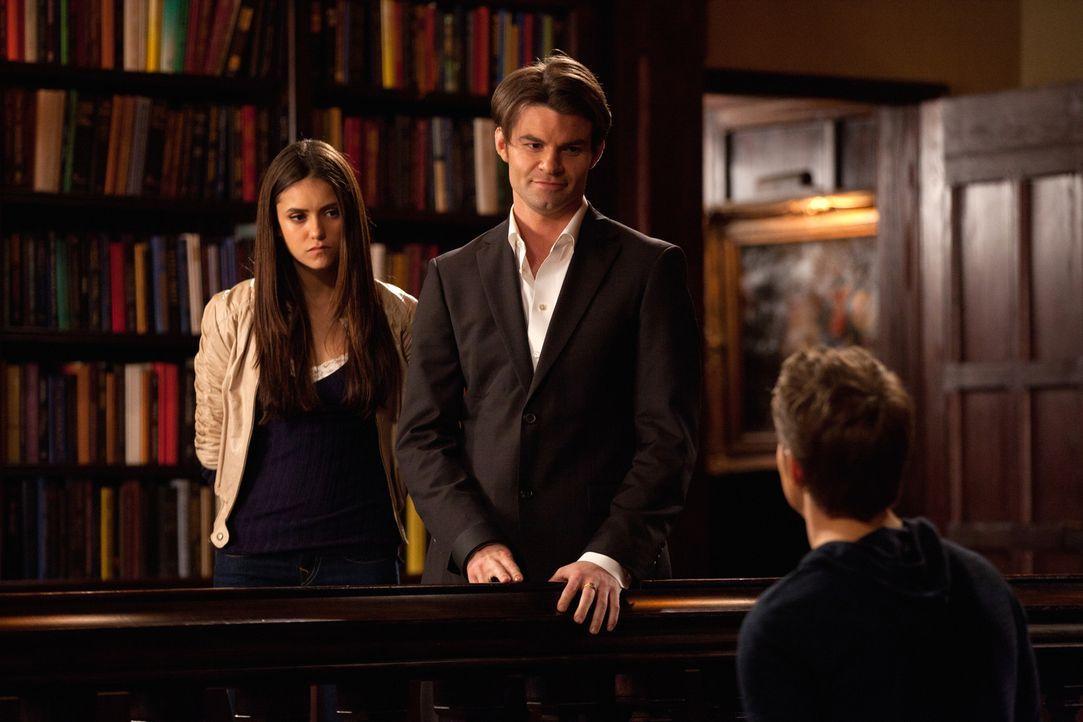 Elena (Nina Dobrev, l.) hat Elijah (Daniel Gillies, M.) wieder zum Leben erweckt und will mit ihm einen neuen Pakt aushandeln. Stefan (Paul Wesley,... - Bildquelle: Warner Bros. Television