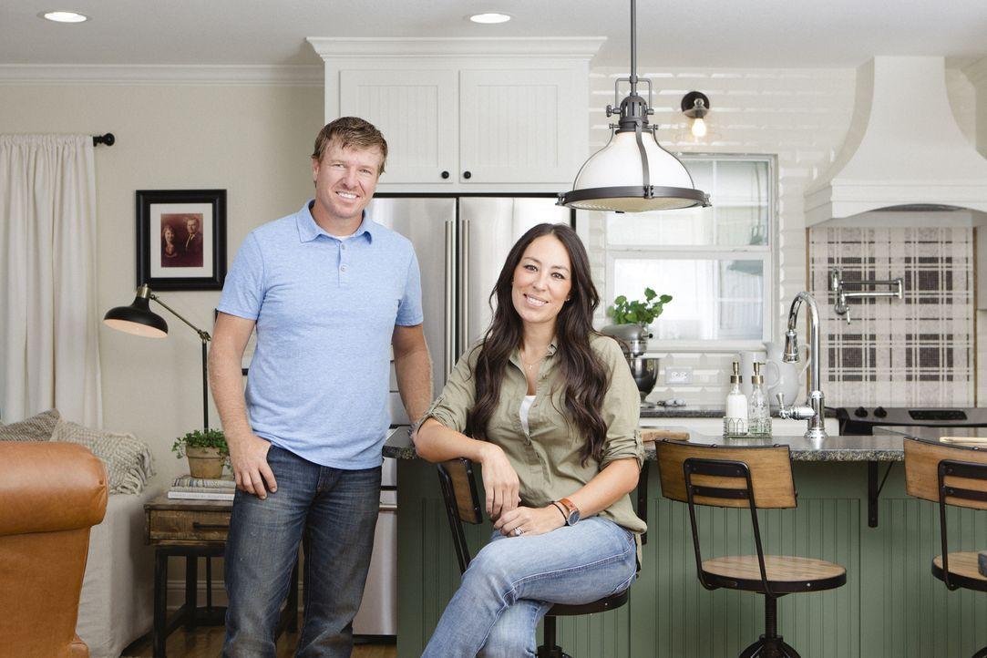 Dieses Mal renovieren und designen Chip (l.) und Joanna (r.) das Haus eines Vietnam Veteranen und seiner Frau, damit sich die beiden endlich wieder... - Bildquelle: Jennifer Boomer 2016, HGTV/Scripps Networks, LLC. All Rights Reserved.
