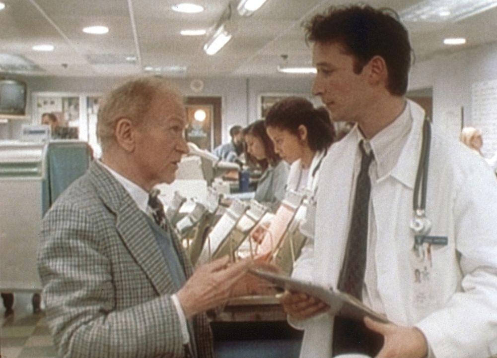 Carter (Noah Wyle, r.) ist es gelungen, die Frau von Mr. Rubadoux erfolgreich zu behandeln. - Bildquelle: TM+  2000 WARNER BROS.
