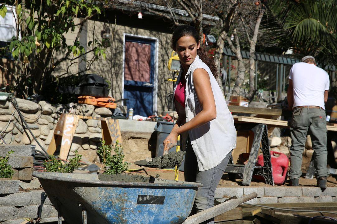 Landschaftsgärtnerin Sara (Bild) gibt alles, um den Garten von Wyatt und Shelly in eine Wohlfühloase zu verwandeln ... - Bildquelle: 2014, DIY Network/Scripps Networks, LLC. All RIghts Reserved.