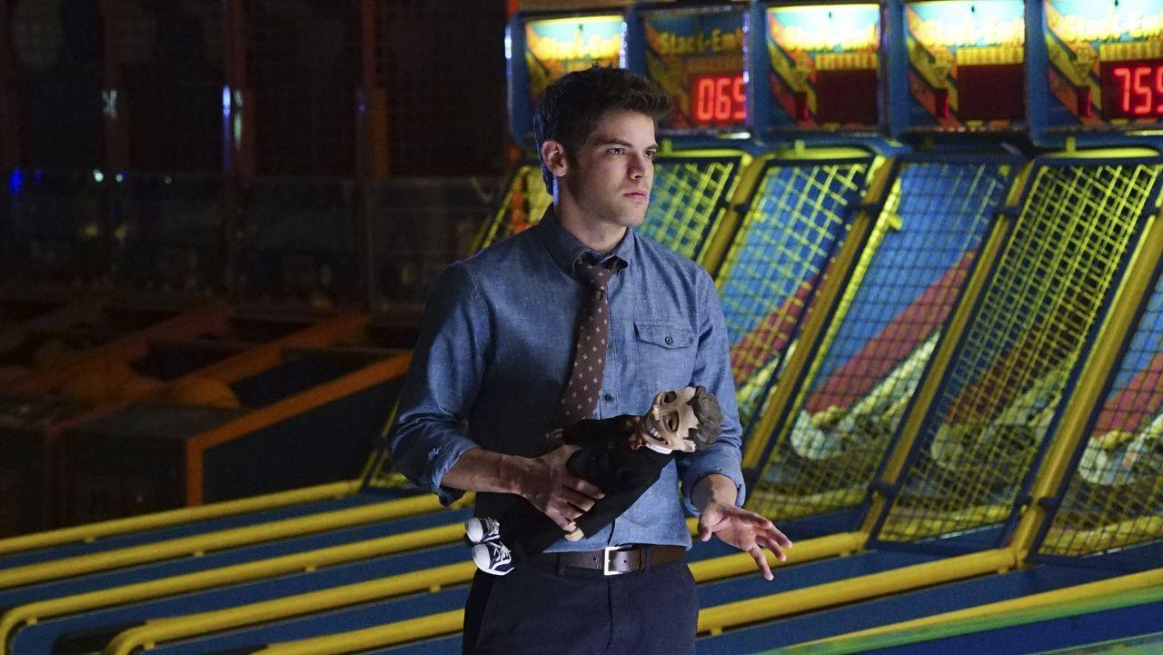 Wer hätte gedacht, dass Spielsachen so gefährlich sein können? Winn (Jeremy Jordan) wird mit dem Schurken Toyman konfrontiert - seinem Vater ... - Bildquelle: 2015 Warner Bros. Entertainment, Inc.
