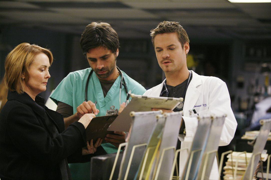 Dr. Weaver (Laura Innes, l.) stellt ein letztes mal unter Beweis, dass sie eine begnadete Ärztin ist. Ray (Shane West, r.) und Tony (John Stamos, M... - Bildquelle: Warner Bros. Television