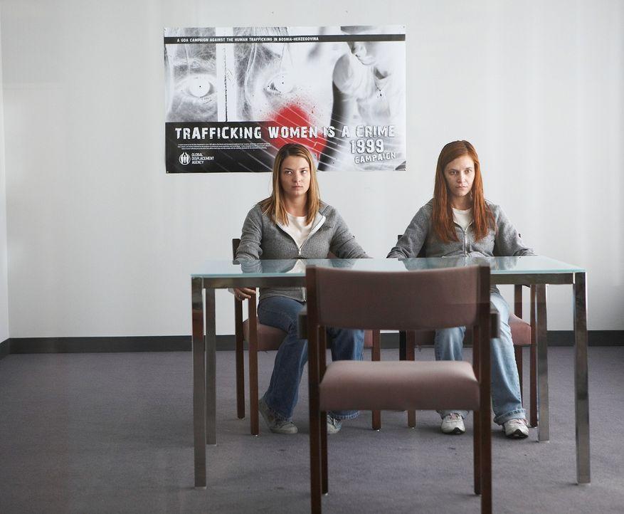 Weil Raya (Roxana Condurache, l.) und Irka (Rayisa Kondracki, r.), Angst haben, sträuben sie sich zunächst, eine Zeugenaussage zu machen, aber dann... - Bildquelle: 2010 Whistleblower (Gen One) Canada Inc. and Barry Films GmbH