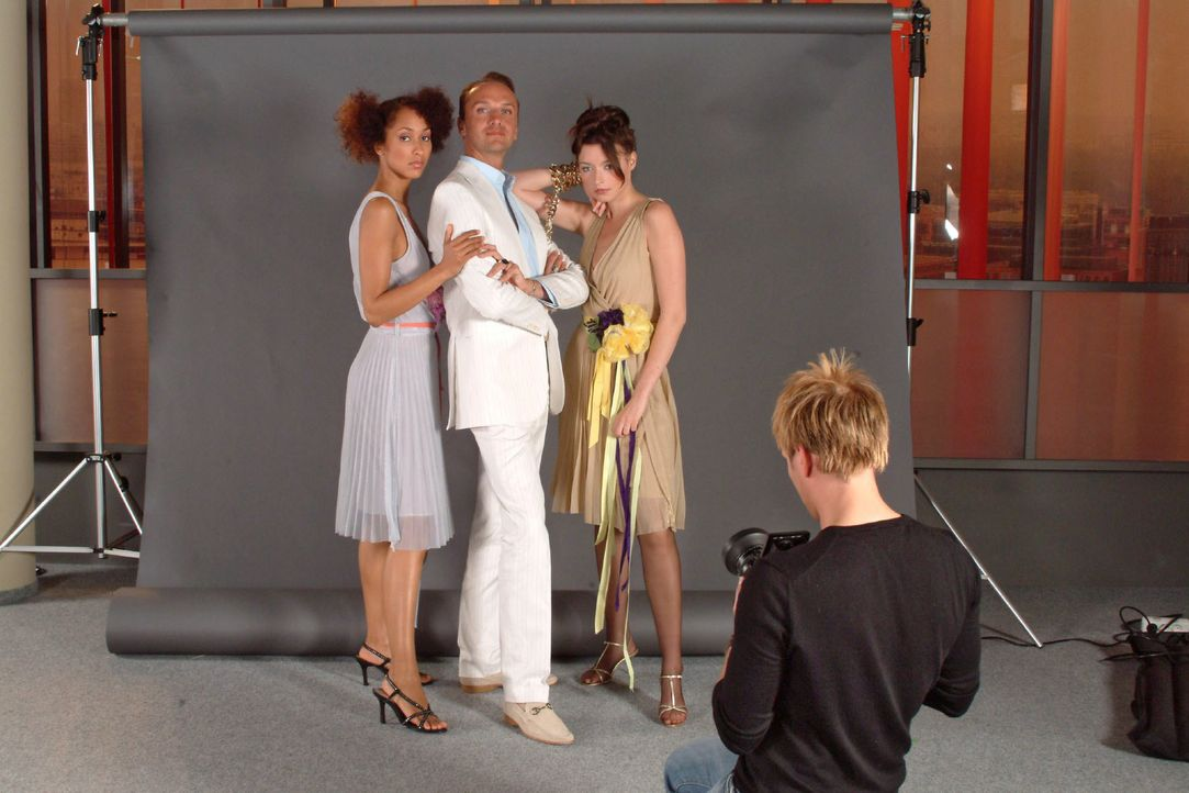 Image ist alles - auch Hugo (Hubertus Regout, 2.v.l.) und seine Models werden für das Journal ins rechte Licht gerückt. - Bildquelle: Monika Schürle SAT.1 / Monika Schürle
