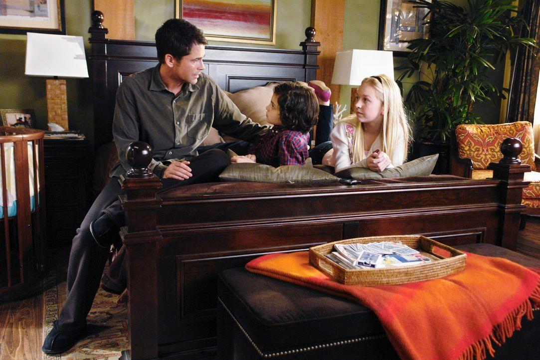 Robert McCallister (Rob Lowe, l.) nimmt sich endlich ein Herz und erzählt seinen Kindern Jack (Max Burkholder, M.) und Sophie (Justine Dorsey, r.),... - Bildquelle: 2008 ABC INC.