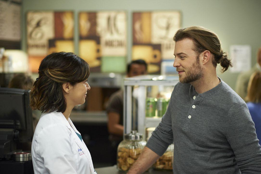 Dr. Dey (Mac Fyfe, r.) fragt Maggie (Julia Taylor Ross, l.), ob sie mit ihm essen gehen will ... - Bildquelle: Ken Woroner 2014 Hope Zee Three Inc.