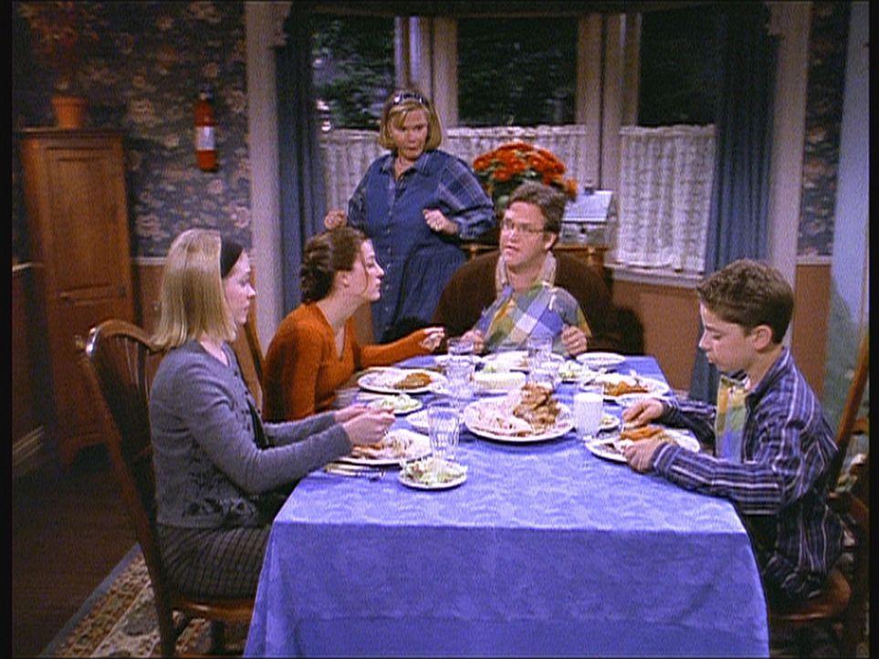 Als Sabrina (Melissa Joan Hart, l.) bei den Birckheads zu Gast ist, bleiben ihr die Macken von Valeries Vater (Daniel Hagen, 2.v.r.) und Mutter (Myr... - Bildquelle: Paramount Pictures