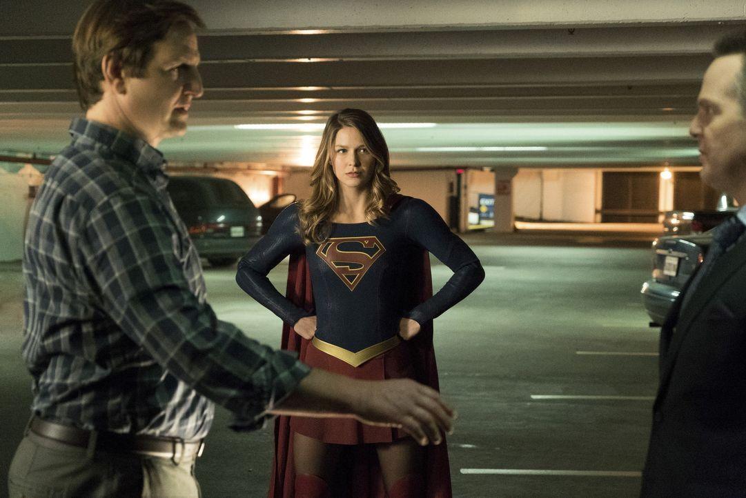 Der mutierende Dr. Jones (William Mapother, l.) wird für Supergirl (Melissa Benoist, M.) immer gefährlicher. Indem er ihr ihre Kräfte entzieht, wird... - Bildquelle: 2016 Warner Bros. Entertainment, Inc.