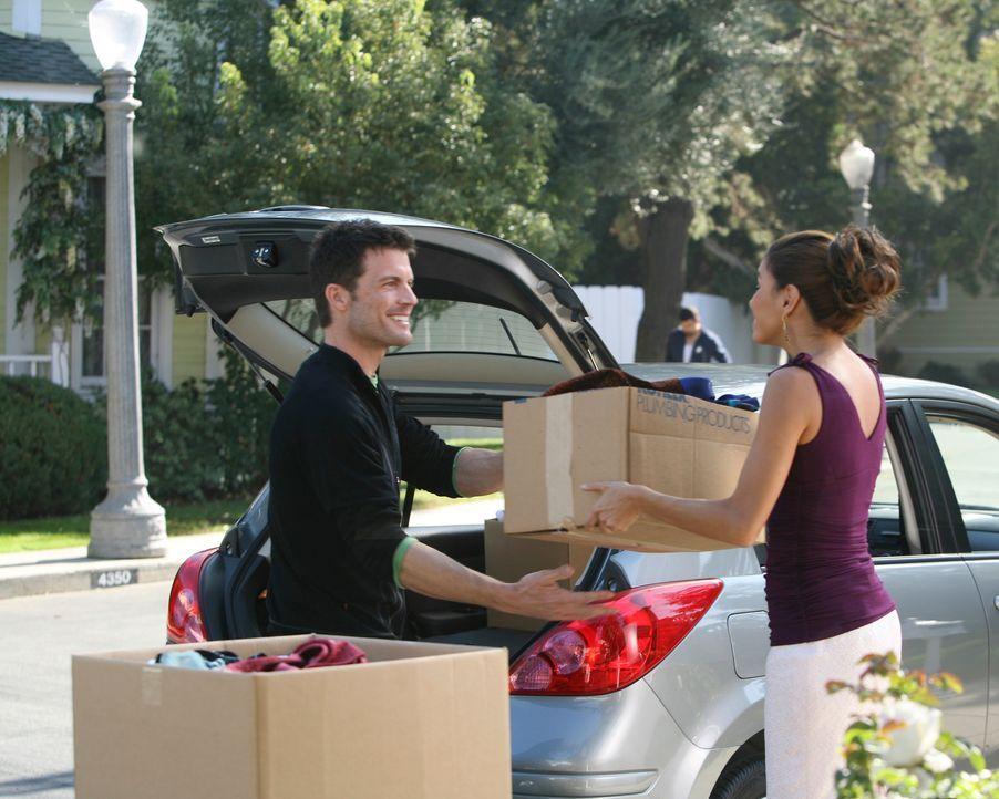 Gabrielle (Eva Longoria, r.) und ihr neuer Freund Bill (Mark Deklin, l.) planen  ein Picknick, das jedoch von Carlos beobachtet und gestört wird ... - Bildquelle: 2005 Touchstone Television  All Rights Reserved