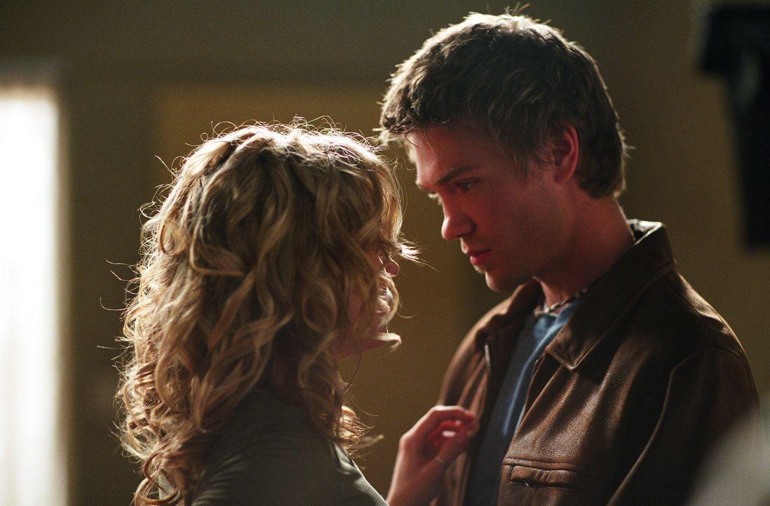 Peyton (Hilarie Burton, l.) hat ein Problem - Ihr Dad wird bei einem seiner Aufträge vermisst, da er auf einem Boot war, das im Sturm verloren gega... - Bildquelle: Warner Bros. Pictures