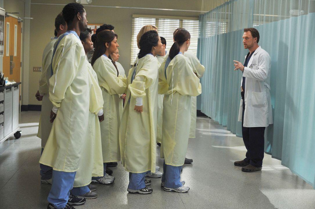 Schockt die jungen Ärzte mit einer umstrittenen Methode: Dr. Owen Hunt (Kevin McKidd, r.) ... - Bildquelle: Touchstone Television