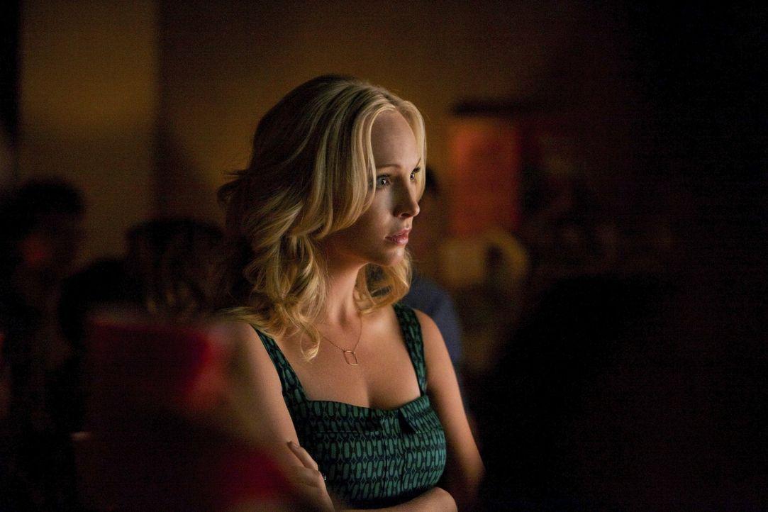 Eigentlich ist Caroline (Candice Accola) in ihrem Element, wenn sie Partys planen kann, aber ein Schrei nach Hilfe beansprucht ihre ganze Aufmerksam... - Bildquelle: Warner Brothers