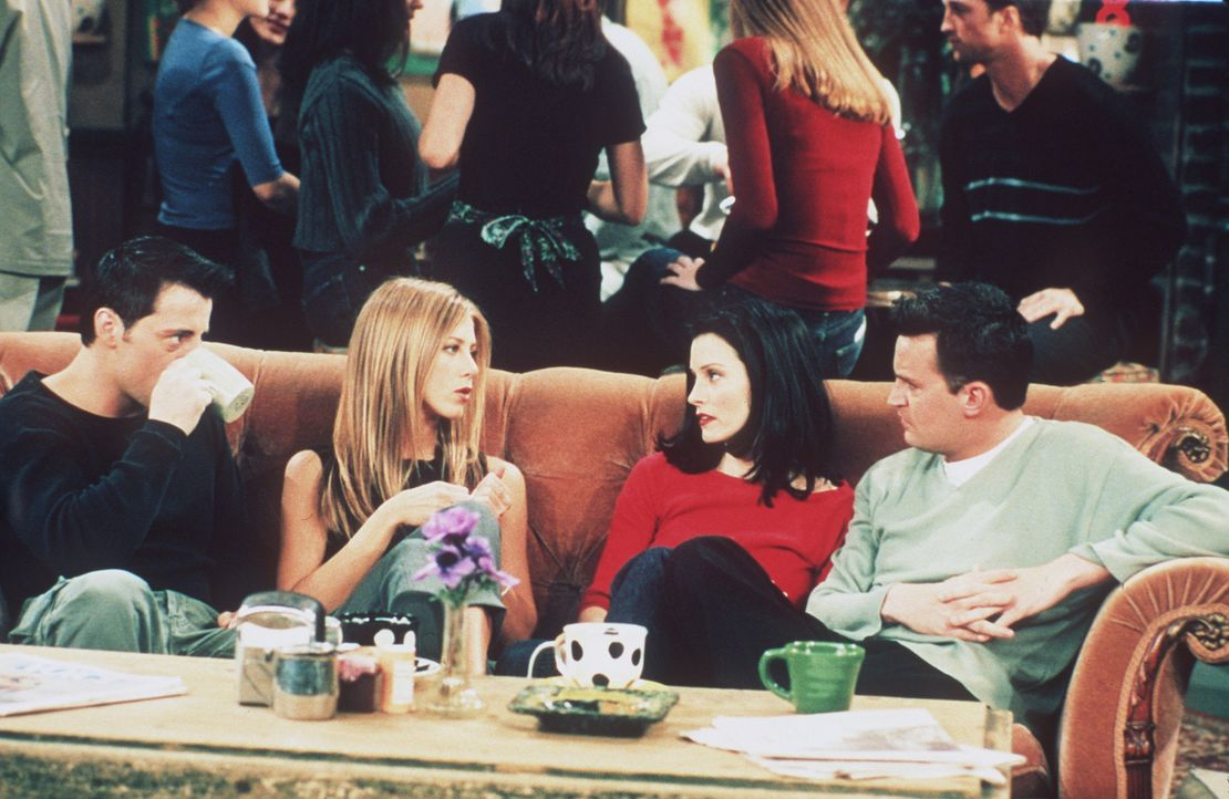 (v.li.n.re.) Joey (Matt LeBlanc), Rachel (Jennifer Aniston), Monica (Courteney Cox) und Chandler (Matthew Perry) diskutieren über Phoebes neuen Fre... - Bildquelle: TM+  2000 WARNER BROS.