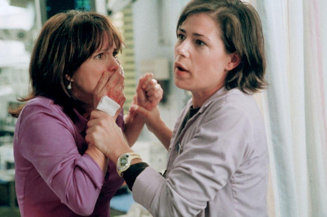 Abby (Maura Tierney, r.) hat es schwer: Ihre psychisch kranke Mutter (Sally Field, l.) ist aufgetaucht und bringt die ganze Notaufnahme durcheinander. - Bildquelle: TM+  2000 WARNER BROS.