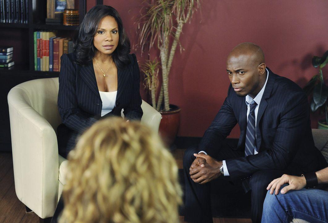 Die Jugendlichen Maya und Dink wollen heiraten. Während Naomi (Audra McDonald, l.) mit dieser Situation völlig überfordert ist, entscheiden Sam (Tay... - Bildquelle: ABC Studios
