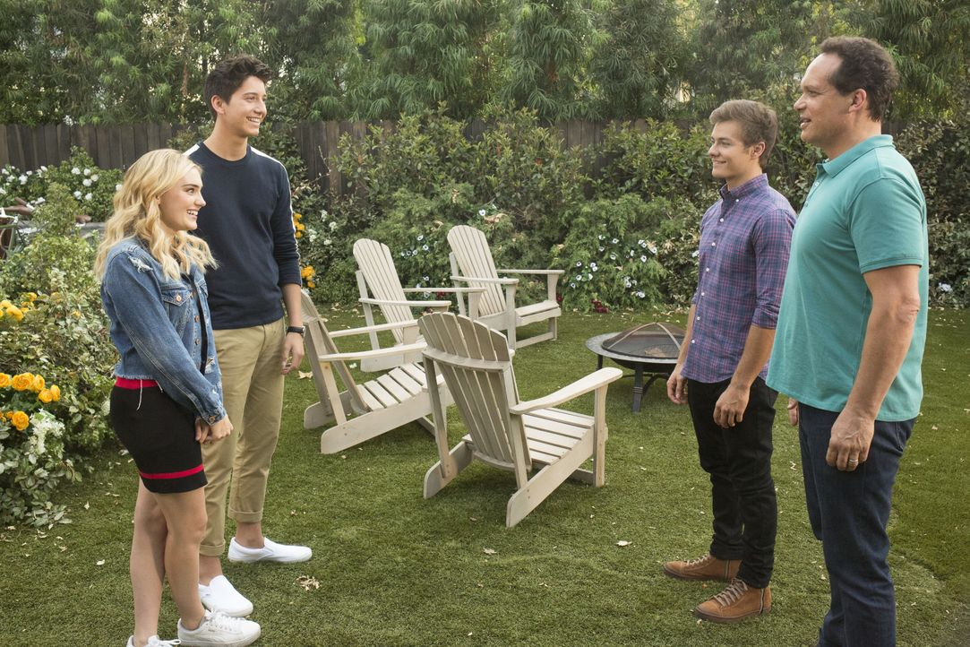 (v.l.n.r.) Taylor (Meg Donnelly); Pierce (Milo Manheim); Trip (Peyton Meyer); Greg (Diedrich Bader) - Bildquelle: Michael Ansell 2018 American Broadcasting Companies, Inc. All rights reserved. / Michael Ansell