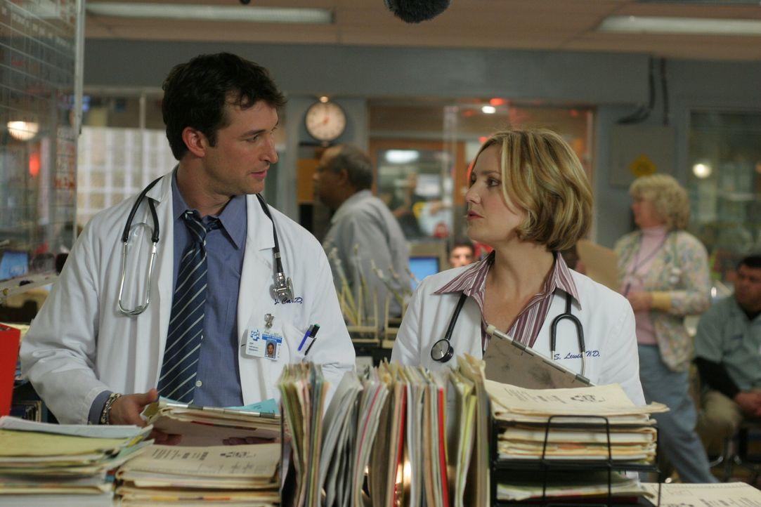 Carter (Noah Wyle, l.) hat seinen Entschluss gefasst und teilt ihn Susan (Sherry Stringfield, r.) mit ... - Bildquelle: WARNER BROS