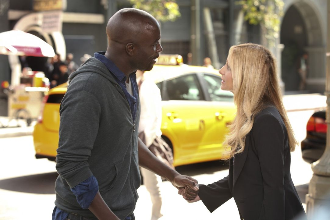 Bridget (Sarah Michelle Gellar, r.) muss erkennen, dass Malcolm (Mike Colter, l.) rückfällig geworden ist und dringend Hilfe braucht ... - Bildquelle: 2011 THE CW NETWORK, LLC. ALL RIGHTS RESERVED