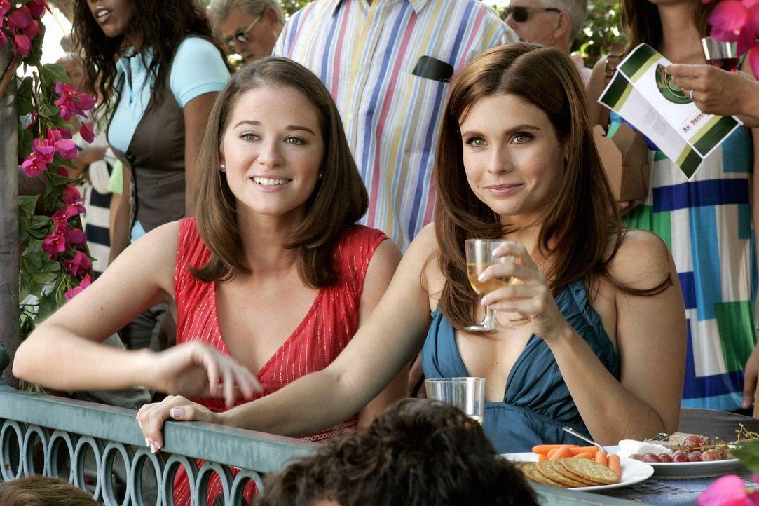 Gemeinsam mit ihrer bester Freundin (Sarah Drew, l.) begleitet Megan (Joanna Garcia, r.) Will zu einem Fototermin. Schon bald kommen die beiden Frau... - Bildquelle: Warner Bros. Television