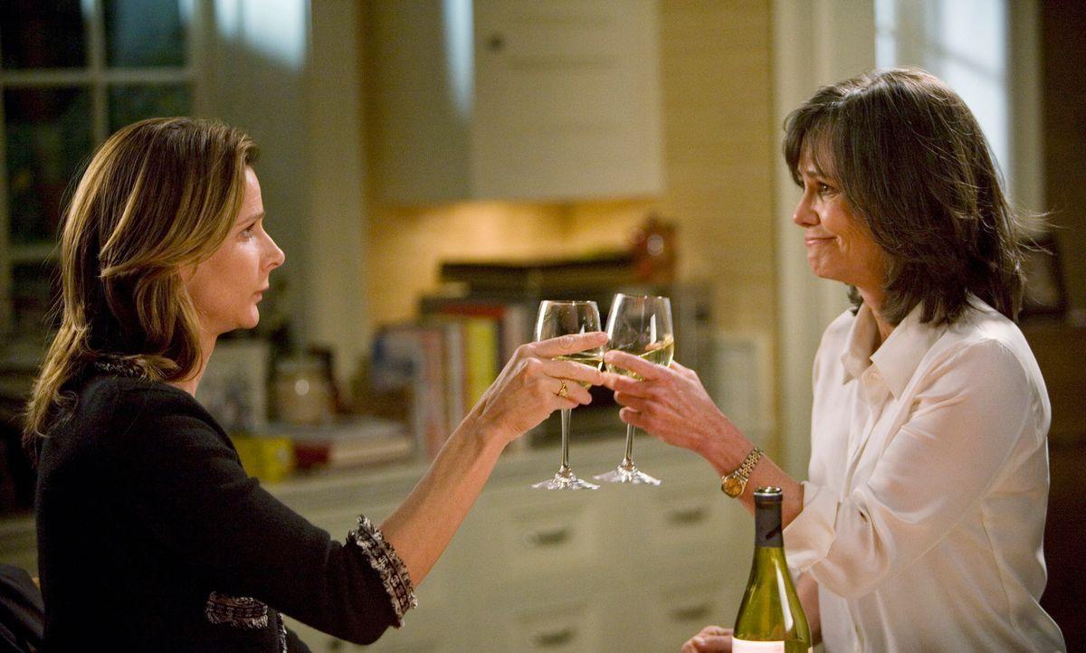 Sarah (Rachel Griffiths, l.) teilt Noras (Sally Field, r.) Meinung, nachdem sie über Sauls Kündigung nachgedacht hat ... - Bildquelle: 2008 ABC INC.