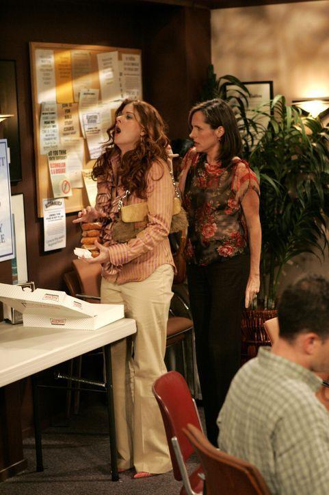 Gemeinsam mit Val (Molly Shannon, r.) besucht Grace (Debra Messing, l.) die anonymen Alkoholiker ... - Bildquelle: Chris Haston 2003 NBC, Inc. All rights reserved.