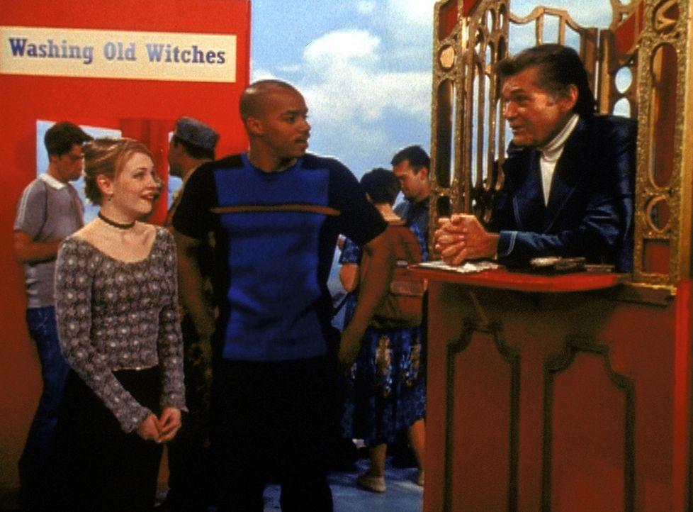 """Sabrina (Melissa Joan Hart, r.) und Dashiell (Donald Faison, M.) reden mit seinem Onkel Calzone (Fred Williard, l.), der Chef der """"Gerüchteküche""""... - Bildquelle: Paramount Pictures"""