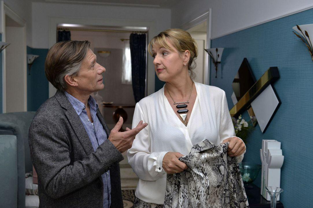 Will Felicitas (Claudia Lietz, r.) wirklich bei Hendrik (Stephan Baumecker, l.) als Sprechstundenhilfe aushelfen? - Bildquelle: Oliver Ziebe sixx