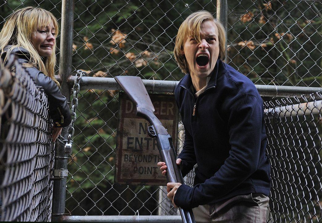 Endlich kann Cal (Adam Campbell, r.) seine Verlobte Chloe (Cameron Richardson, l.) auffinden. Doch er ahnt noch nicht, dass sein eigenes Leben schon... - Bildquelle: 2009 CBS Studios Inc. All Rights Reserved.