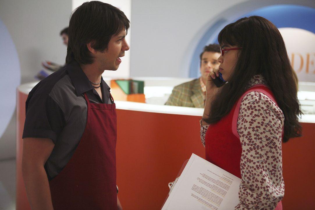 Als Betty (America Ferrera, r.) sich über den neuen Sandwichmann Gio (Freddy Rodriguez, l.) ärgert, sorgt Daniel dafür, dass dieser entlassen wird.... - Bildquelle: Buena Vista International Television