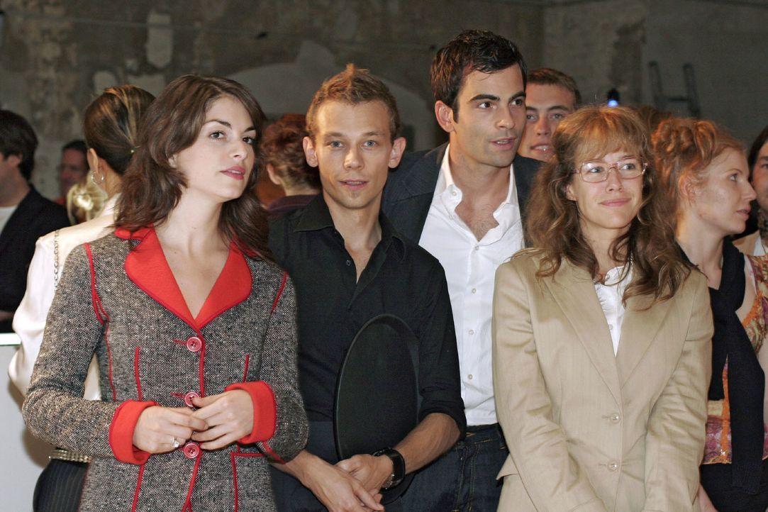 Mariella (Bianca Hein, l.), Jürgen (Oliver Bokern, 2.v.l.), David (Mathis Künzler, 2.v.r.) und Lisa (Alexandra Neldel, r.) blicken sich aufgeregt um... - Bildquelle: Noreen Flynn SAT.1 / Noreen Flynn