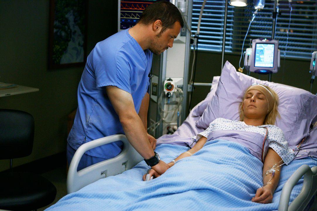 Izzies (Katherine Heigl, l.) Freunde und Kollegen machen sich große Sorgen, allen voran Alex (Justin Chanbers, r.), und wollen an der Operation bet... - Bildquelle: Touchstone Television