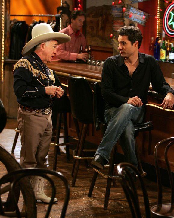 Genervt von Travis gönnt sich Will (Eric McCormack, r.) ein Gläschen an der Bar und trifft dort auf Beverley Leslie (Leslie Jordan, l.) ... - Bildquelle: Chris Haston NBC Productions