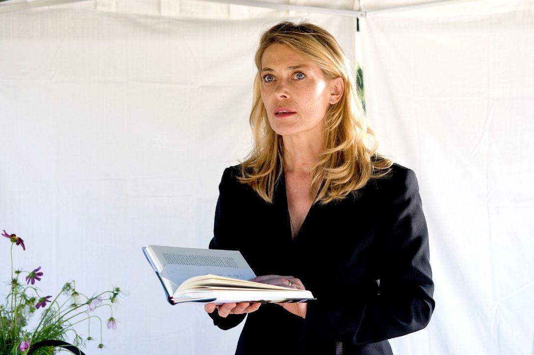Christiane (Barbara Rudnik) ist entsetzt, als sie bei einer Lesung eine Nachricht mit einer Morddrohung gegen Greta in ihrem Buch vorfindet. - Bildquelle: Sat.1
