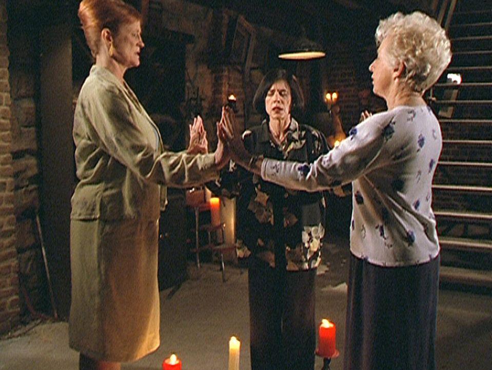 Aus Eitelkeit und Angst vor Alter und Krankheit beschwören Gail (Anne Haney, r.), Amanda (Pamela Gordon, l.) und Helen (Lucy Lee Flippin, M.) den Dä... - Bildquelle: Paramount Pictures