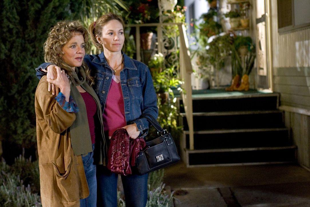 Dolly (Stockard Channing, l.), die Online-Eroberung von Sarahs Vater Bill, und Sarah (Diane Lane, r.) verstehen sich hervorragend. Sarah ist froh, d... - Bildquelle: Warner Brothers