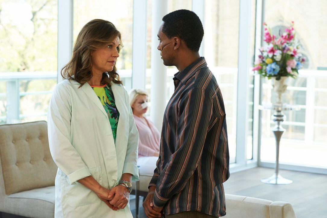 Wird Dana (Wendy Crewson, l.) den entstellten Den Bailli (Araya Mengesha, r.) operieren, um einen alten Freund einen Gefallen zu tun? - Bildquelle: 2012  Hope Zee One Inc.