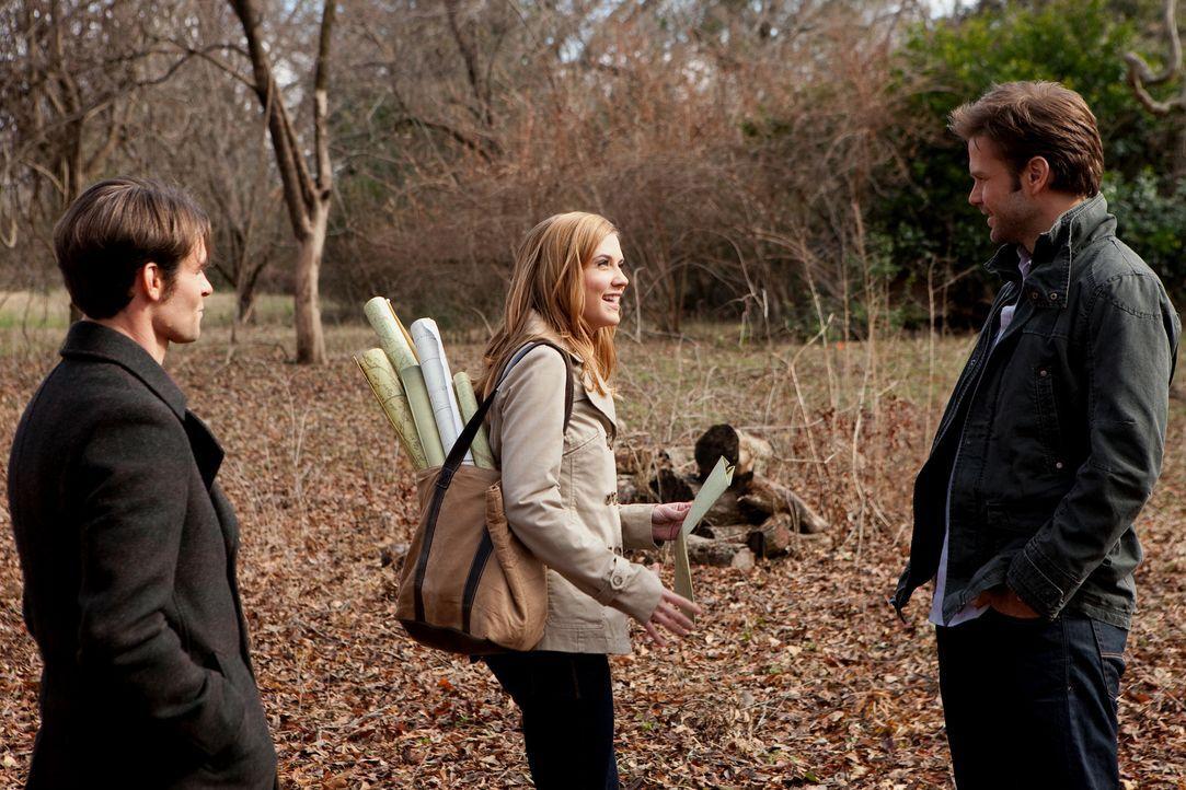 Als Jenna (Sara Canning, M.) Elijah (Daniel Gillies, l.) die Gegend rund um Mystic Falls zeigt und ihn über die Geschichten der sagenumwobenen Klein... - Bildquelle: Warner Brothers