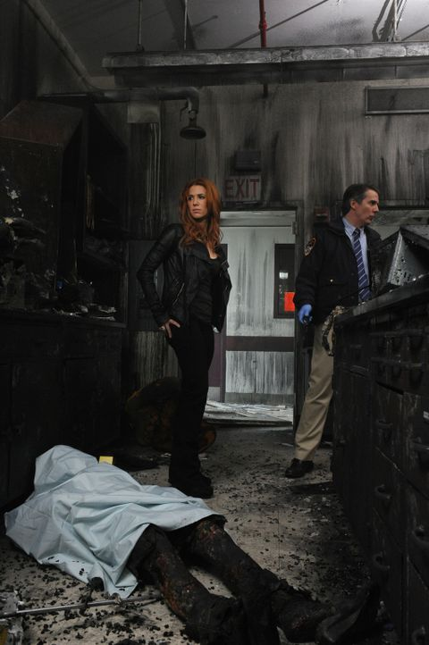 Untersucht, einen neuen Mordfall: Carrie (Poppy Montgomery, l.) ... - Bildquelle: 2011 CBS Broadcasting Inc. All Rights Reserved.
