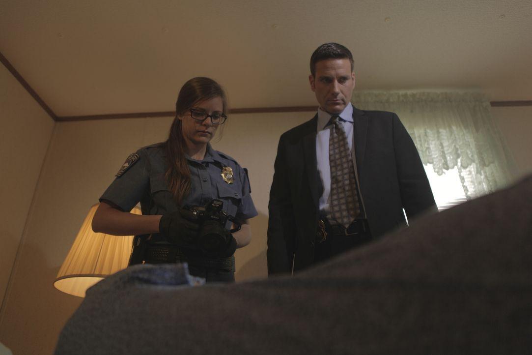 Die junge Pilotin Ruth wird ermordet in ihrem Bett aufgefunden. Für Lt. Joe Kenda (Carl Marino, r.) und seine Kollegen beginnen komplizierte Ermittl... - Bildquelle: sixx (Komm./PR)