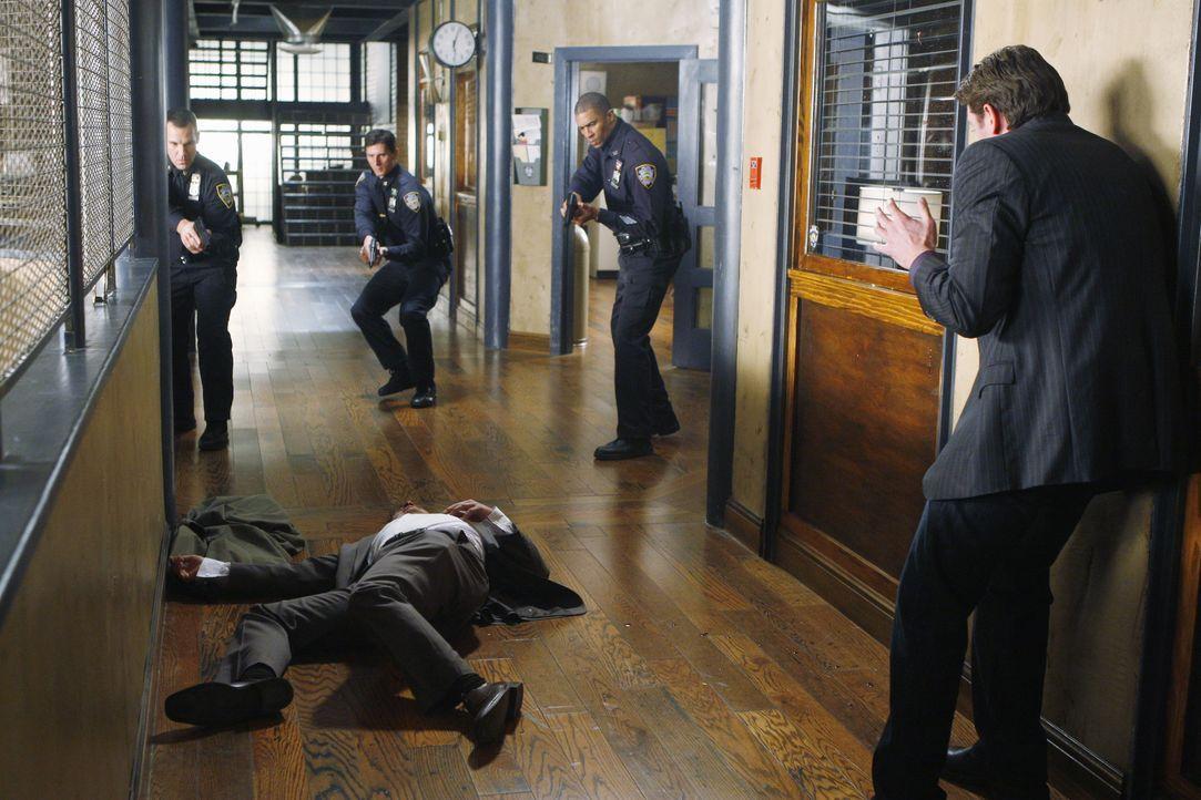 Auf dem Polizeipräsidium: Dick (Jay R. Ferguson, l.) wurde erschossen, da er drauf und dran war Castle (Nathan Fillion, r.), zu erschießen... - Bildquelle: ABC Studios