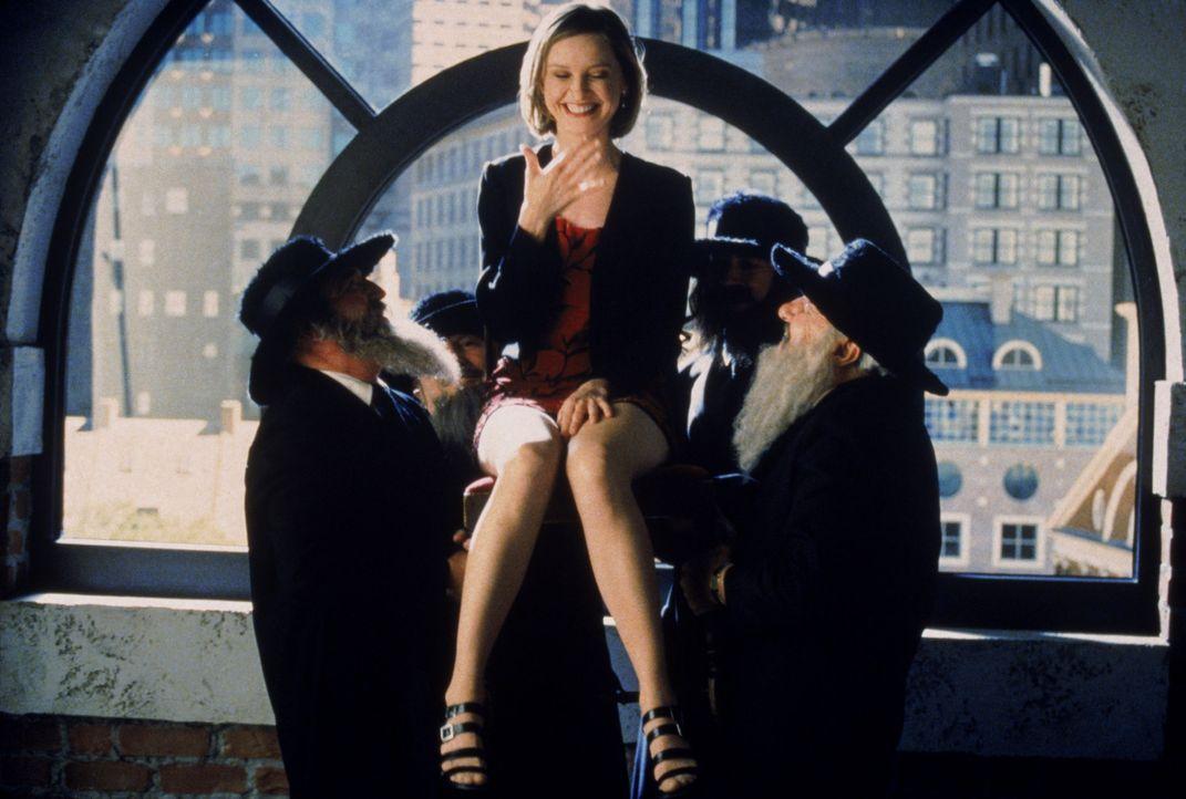 Ally (Calista Flockhart, M.) versucht, die Scheidung einer Mandantin auch nach jüdischem Glauben rechtskräftig zu machen. - Bildquelle: Twentieth Century Fox Film Corporation. All rights reserved.