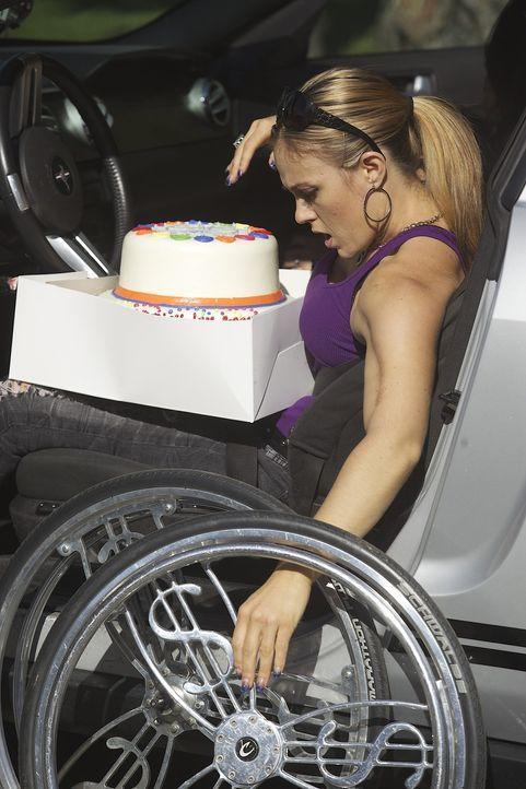 Angela feiert heute ihren zweiten Geburtstag: Zehn Jahre sind seit ihrem Unfall vergangen. Wie es sich für einen Geburtstag gehört, darf die Torte... - Bildquelle: Sundance Channel