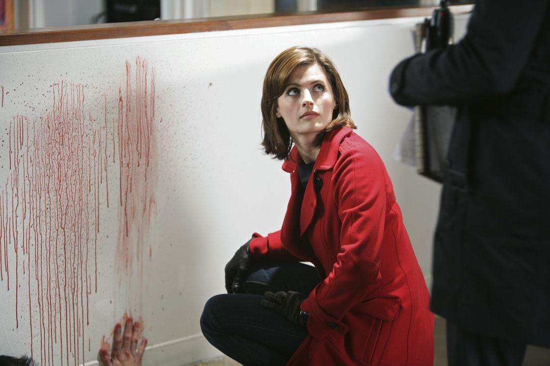 Kate (Stana Katic) findet heraus, dass fünf Schüsse abgefeuert wurden, jedoch können sie am Tatort nur vier Patronenhülsen finden ... - Bildquelle: ABC Studios