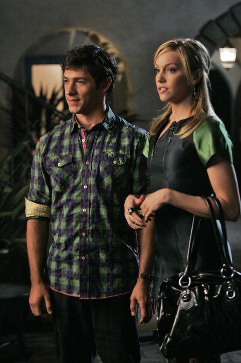 Passen die beiden wirklich zusammen oder sind sie doch zu verschieden? Jonah (Michael Rady, l.) und Ella (Katie Cassidy, r,) - Bildquelle: 2009 The CW Network, LLC. All rights reserved.