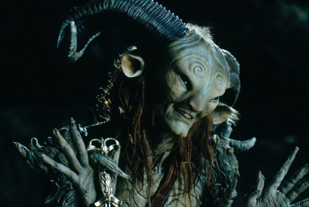 Eine Fee bringt Ofelia in das Labyrinth, wo sie einem Faun (Doug Jones) begegnet. Dieser stellt sich als Pan vor, nennt Ofelia Prinzessin und sich s... - Bildquelle: Telepool GmbH