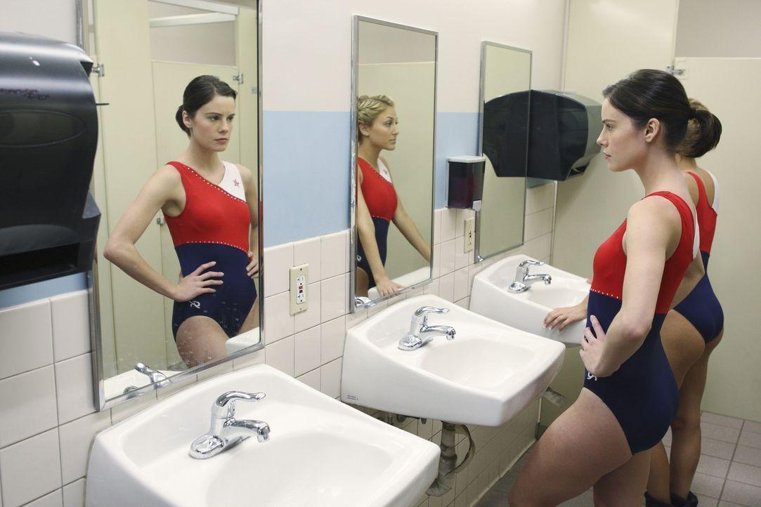 Die Stimmung zwischen Emily Kmetko (Chelsea Hobbs, 2.v.r.) und Lauren Tanner (Cassie Scerbo, r.) ist mehr als angespannt ... - Bildquelle: 2009 DISNEY ENTERPRISES, INC. All rights reserved.