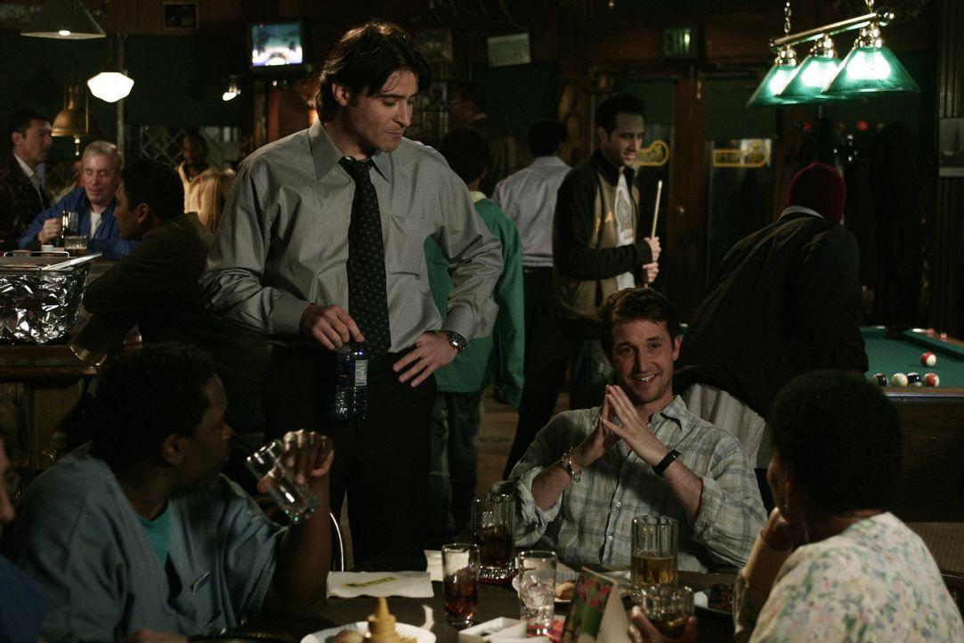 Malik (Deezer D., l.), Luka (Goran Visnjic, 2.v.l.) und Haleh (Yvette Freeman, r.) verabschieden Carter (Noah Wyle, 2.v.r.) gebührend mit einer Part... - Bildquelle: WARNER BROS