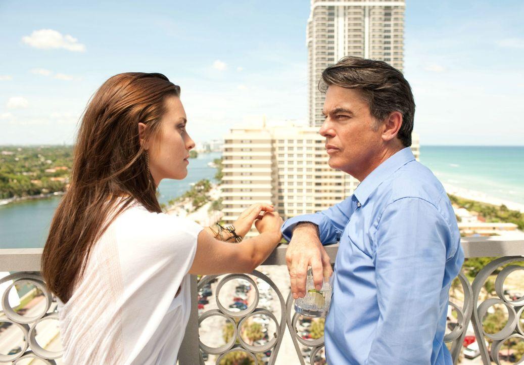 Niemand in der Tanztruppe ahnt, dass Emily (Kathryn McCormick, l.) die Tochter des reichen Mr. Anderson (Peter Gallagher, r.) ist, das historische V... - Bildquelle: 2011 Summit Entertainment, LLC. All rights reserved.